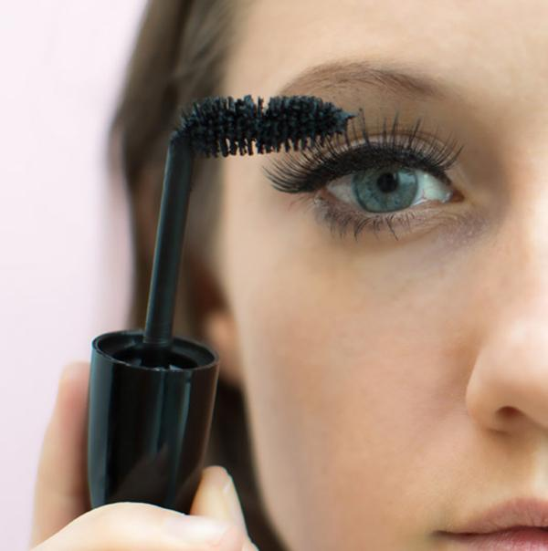 Bẻ cong mascara để có được bờ mi như ý