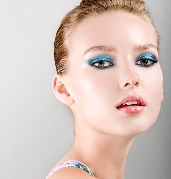 Cự Giải nên áp dụng cách trang điểm son hồng nhẹ nhàng và màu mắt xanh