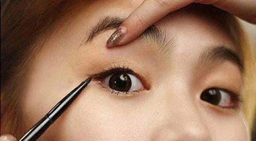 Hãy tạo đường viền mí mắt bằng chì màu sẫm, kẻ đậm dần về phía đuôi mắt