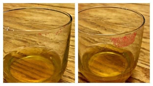 Liếm miệng cốc trước khi uống để tránh vết son dính trên miệng cốc