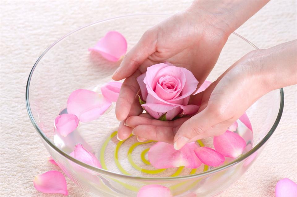 Nước hoa hồng là tiền đề giúp da khỏe mạnh