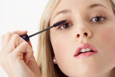 Sau khi kẻ mắt, bạn dùng mascara chuốt thêm vào bộ lông mi