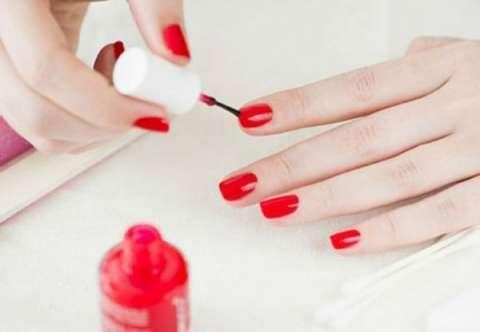 Sơn móng tay có thể làm khô và gây kích ứng da mặt