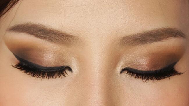 Một bảng phấn mắt đẹp sẽ cho bạn gái đôi mắt đẹp lung linh, cuốn hút đúng điệu