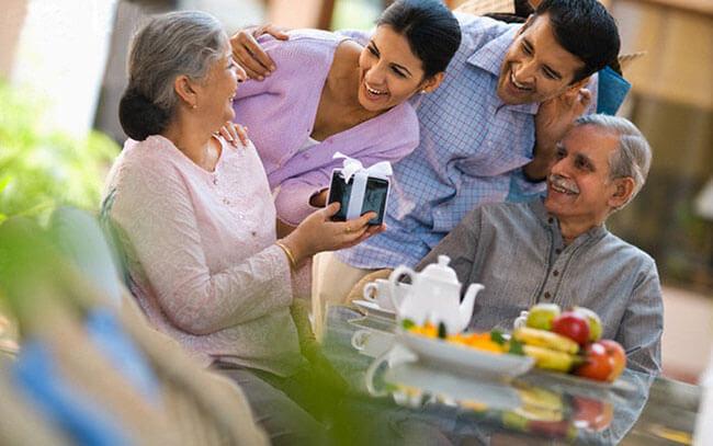 Chọn quà 20/10 ý nghĩa cho mẹ vợ tương lai sẽ giúp các chàng ghi điểm tối đa