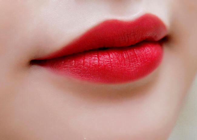 Những màu son tone đậm hợp với môi dày và thâm