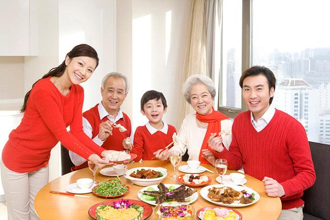 Bữa cơm quần tụ cũng là món quà 20-10 tuyệt vời gửi đến mẹ yêu thương