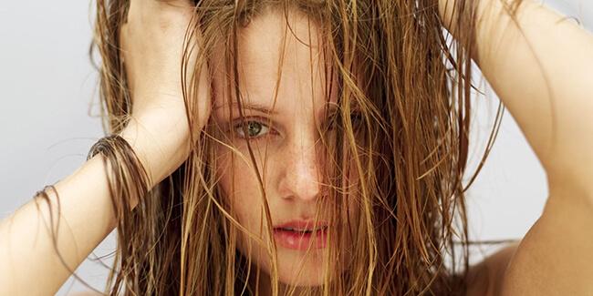 Mái tóc bết dính như thế này bạn sẽ xử lý thế nào? Hãy chọn ngay sản phẩm dầu gội khô nhé!