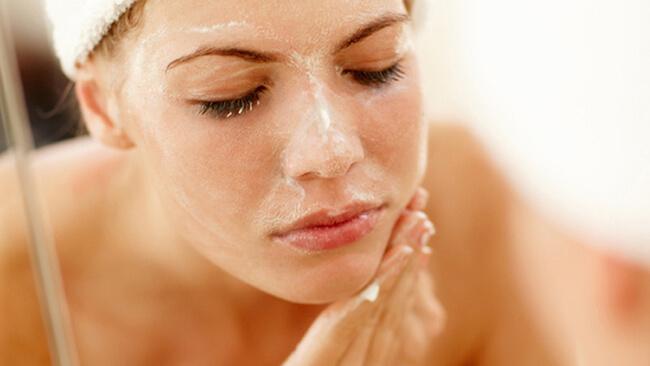Làm sạch da mặt chính là giải pháp tốt nhất để giảm thiểu và ngăn ngừa mụn đầu trắng phát sinh