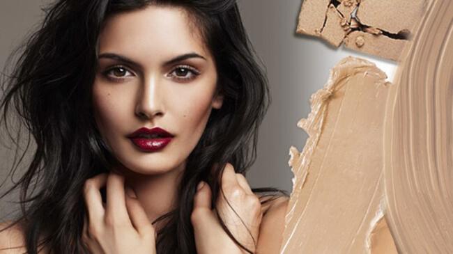 Sử dụng kem nền là một trong những bước không thể thiếu khi bạn gái make-up