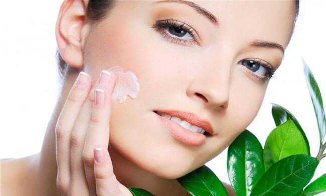 Một lớp kem dưỡng ẩm trước khi makeup sẽ giúp bạn có một lớp trang điểm hoàn hảo căng mịn