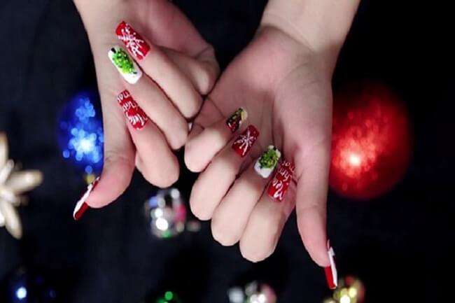 Make-up móng tay độc đáo ngày Noel với hình ảnh con tuần lộc hoặc dòng chữ Giáng sinh ấn tượng