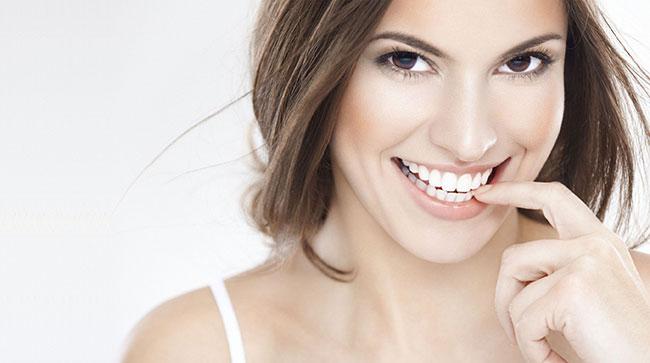 Hàm răng trắng sáng giúp bạn trông tự tin quyến rũ hơn