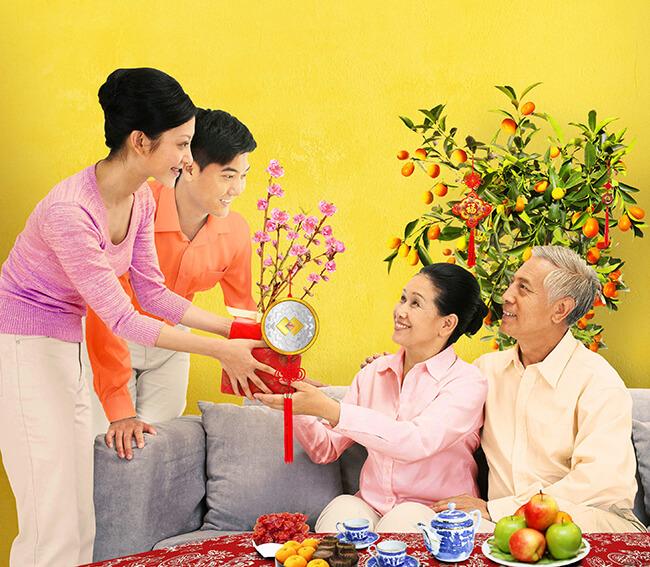 Tặng bố mẹ tiền tiêu tết - món quà thể hiện sự biết ơn sâu sắc