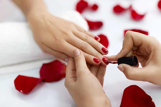 Màu sơn móng tay đỏ giúp đôi tay bạn thêm nổi bật