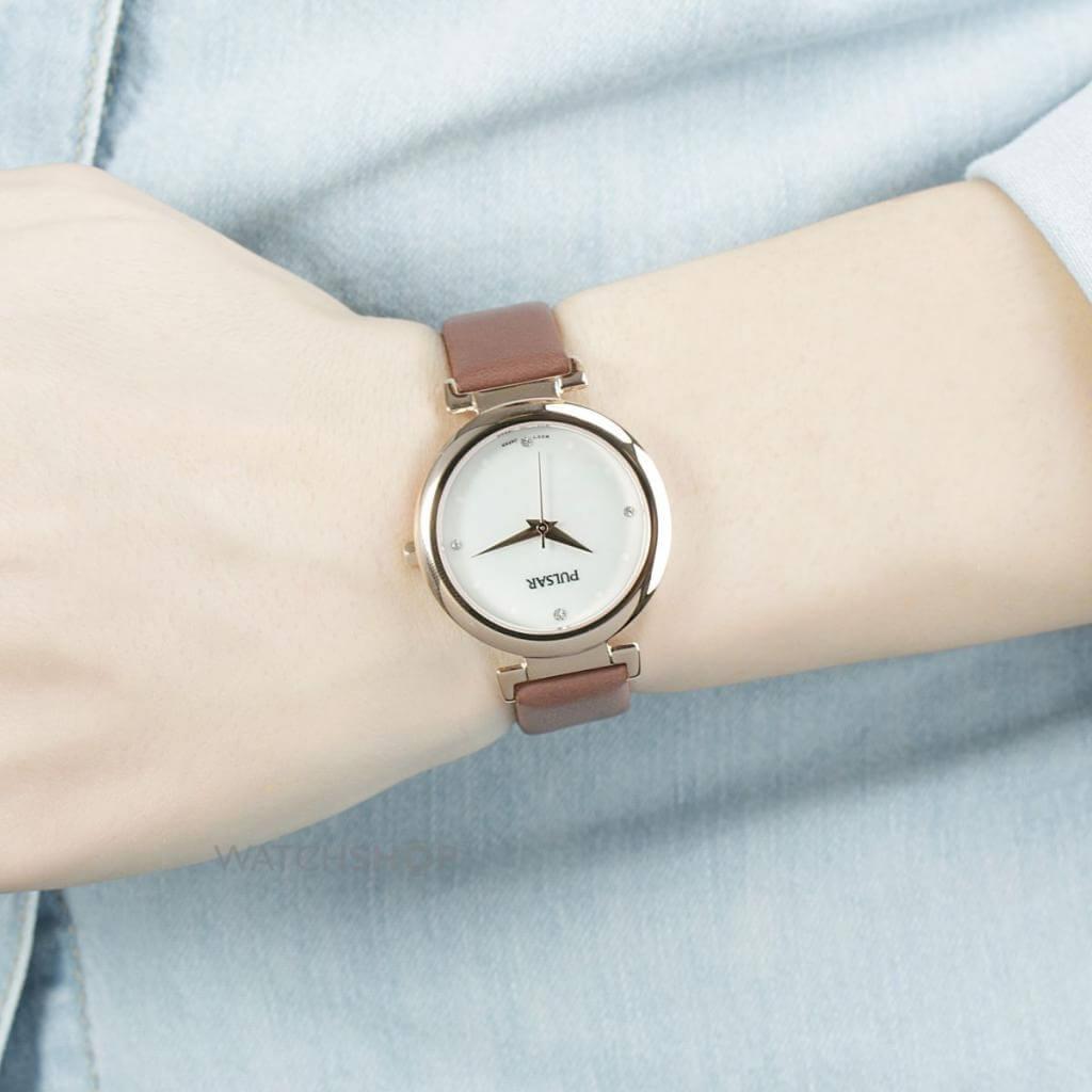 Đồng hồ luôn là món quà thời trang được các chị em yêu thích