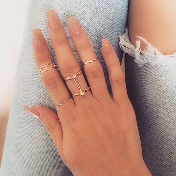 Màu nail nude đi kèm với phụ kiện giúp đôi tay trở nên quyến rũ