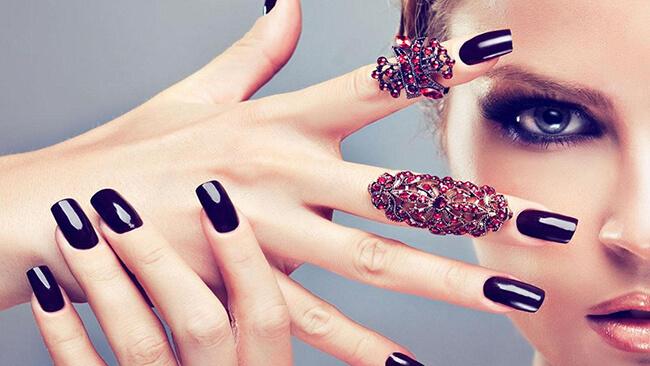 Màu đen cũng chính là chính là màu sơn móng tay được ưa thích nhiều nhất hiện nay