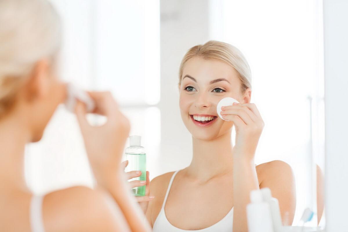 Sử dụng nước hoa hồng để da luôn tươi mới