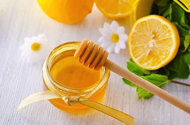 Chanh và mật ong là hai nguyên liệu dễ tìm mang lại nhiều công dụng