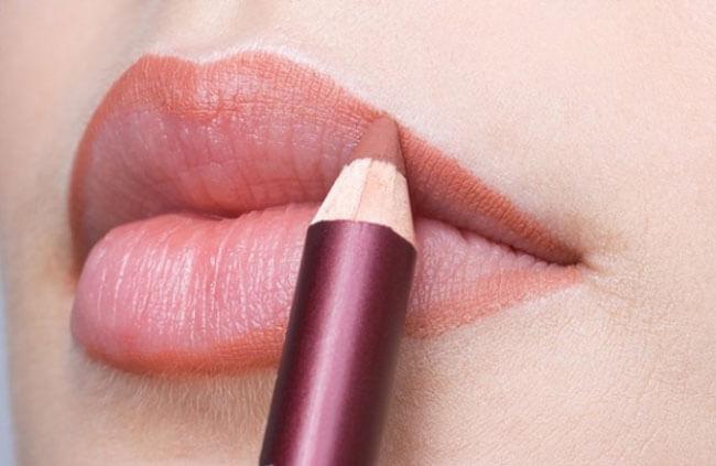 Bí kíp dùng son môi đẹp chuẩn nhất - dùng chì kẻ viền môi