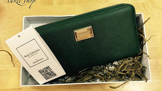 Một phụ kiện túi xách hay ví cầm tay cũng là món quà độc đáo cho ngày 20-11