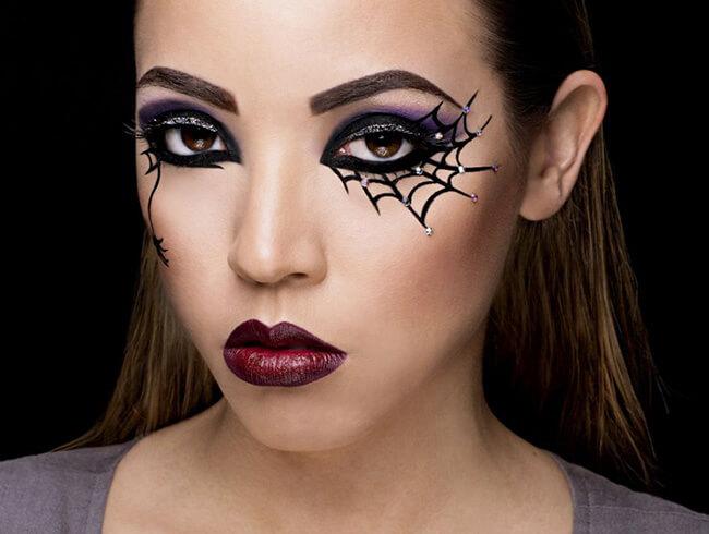 Mạng nhện, cánh dơi,.. đều là những họa tiết lộ vẻ hoang sơ, ma quái cho đôi mắt đêm Halloween