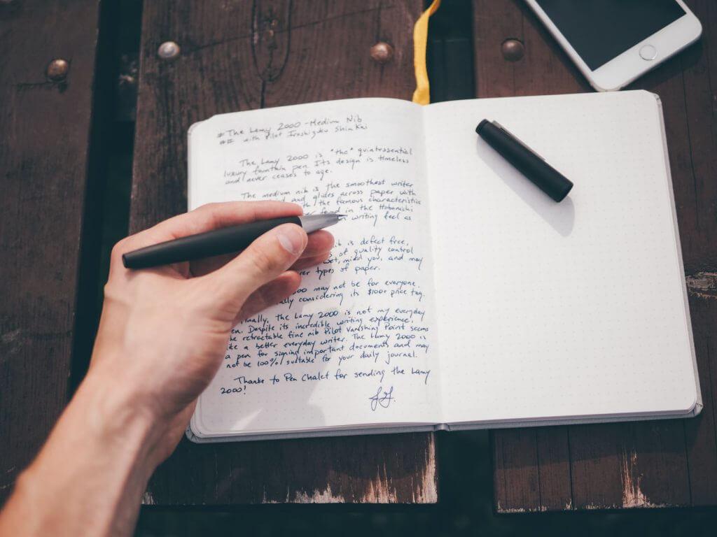 """Cây bút thể hiện cho câu nói """"nét chữ - nét người"""""""