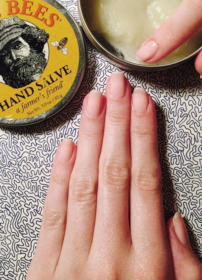 Công dụng đa dạng của son môi - xoa dịu vết xước ở móng tay