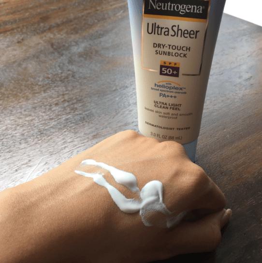 Chất kem mỏng dễ thẩm thấu của kem chống nắng  Neutrogena Ultra Sheer Dry-Touch