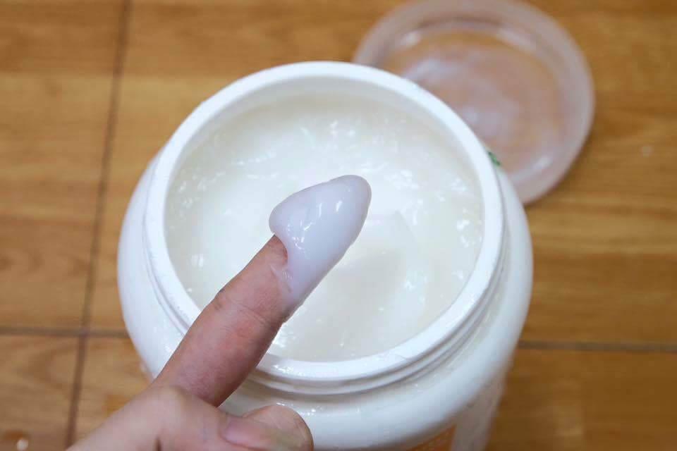 Chất kem sệt đặc, màu trắng đục, mùi thơm thoang thoảng như kẹo sữa rất dễ thương