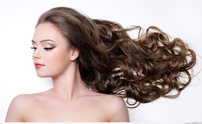 Mái tóc xoăn bồng bềnh bóng đẹp tự nhiên sẽ tạo nên vẻ ngoài quyến rũ cho chị em phụ nữ
